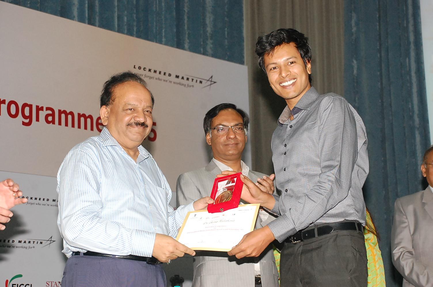 Dr Sooraj Ratnakumar, Swagene's Founder-Scientist, receives the award from Dr Harsh Vardhan